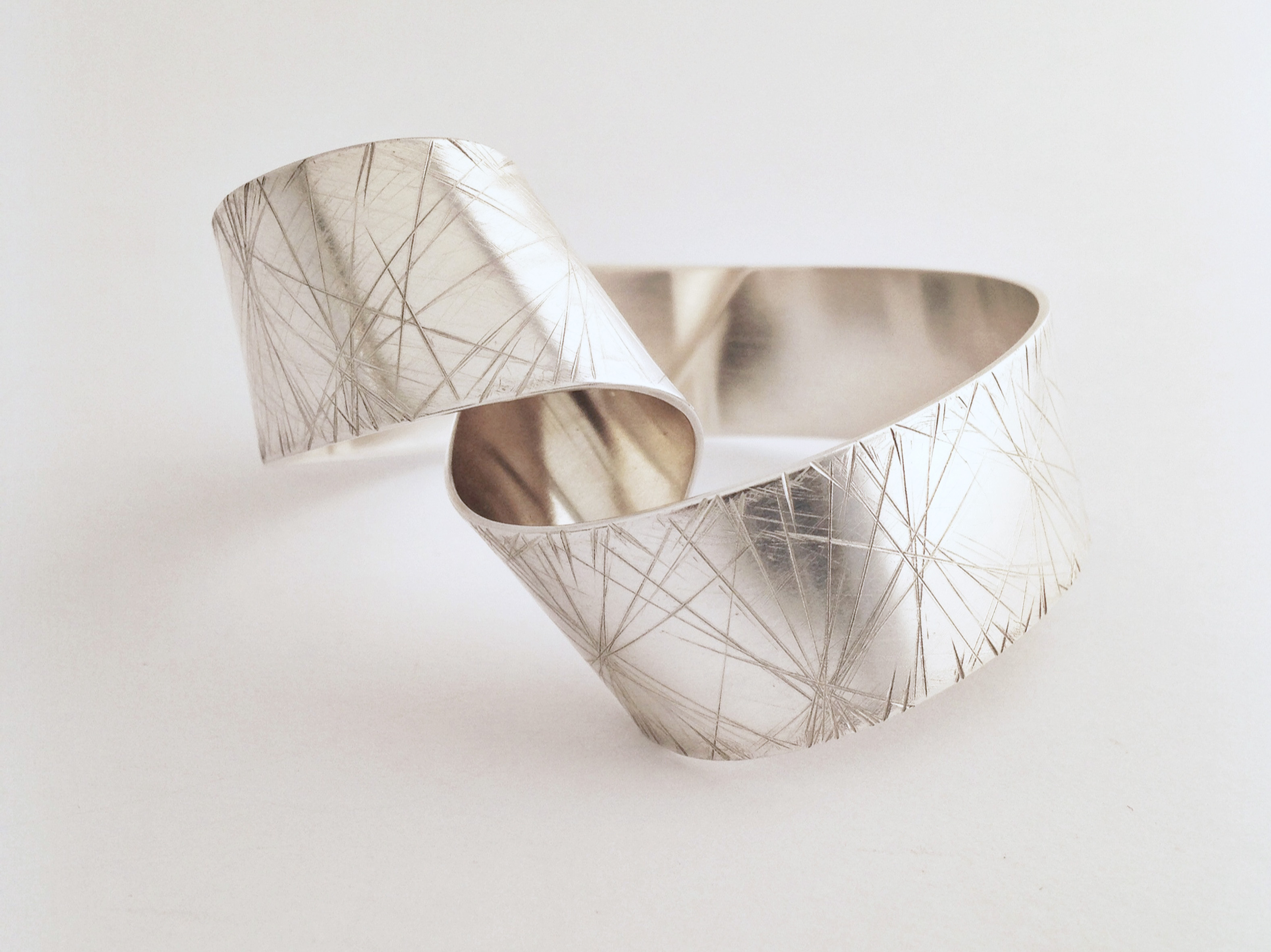 Ribbon Loop Bangle - Faceted Finish